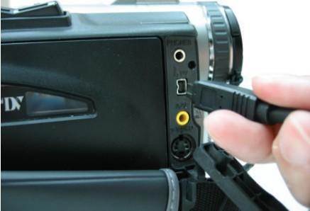 Подключение кабеля IEEE-1394 к камере DV